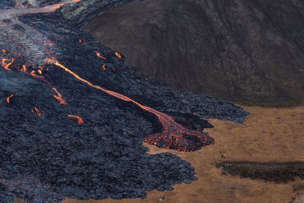 Fluxos de lava de erupção de vulcão na península de Reykjanes, no sudoeste da Islândia, 20 de março de 2021
