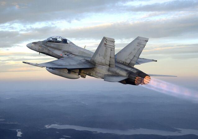 Caça CF-18B da Força Aérea do Canadá sobrevoa reserva de vida selvagem Parc des Laurentides a caminho do campo de tiro de Valcartier