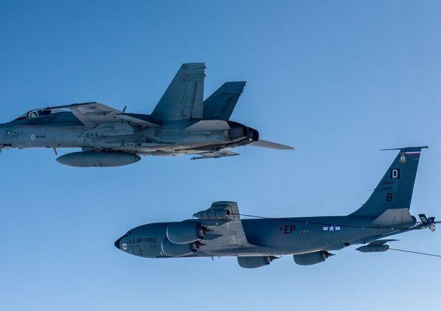 Avião de reabastecimento da Força Aérea dos EUA KC-135 e caça F-18 Hornet da Força Aérea finlandesa