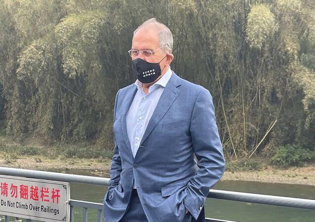 Sergei Lavrov, ministro das Relações Exteriores da Rússia, usando máscara com mensagem FCKNG QRNTN