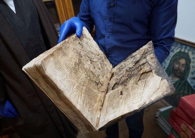 Bíblia antiga é vista no depósito de uma fundação especializada em restauração de manuscritos antigos em Najaf, Iraque