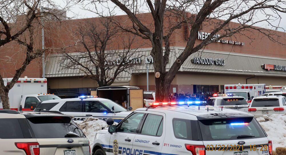 Veículos policiais são vistos no local onde um atirador abriu fogo em um mercado em Boulder, no Colorado, nos Estados Unidos, em 22 de março de 2021