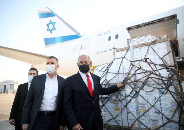 Benjamin Netanyahu, primeiro-ministro de Israel, e Yuli Edelstein, ministro da Saúde, assistem à chegada de avião com carregamento de doses da vacina da Pfizer/BioNTech contra o SARS-CoV-2 no aeroporto Ben Gurion, perto da cidade de Lod, Israel, 10 de janeiro de 2021