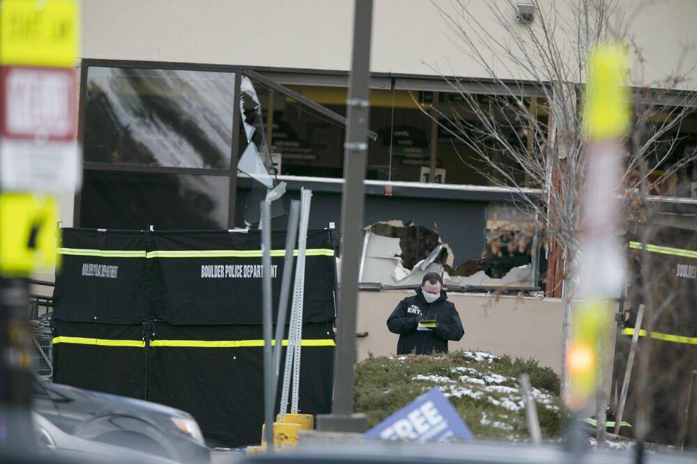 Polícia investiga tiroteio fora do supermercado King Soopers, onde várias pessoas foram baleadas, Boulder, Colorado, EUA, 22 de março de 2021
