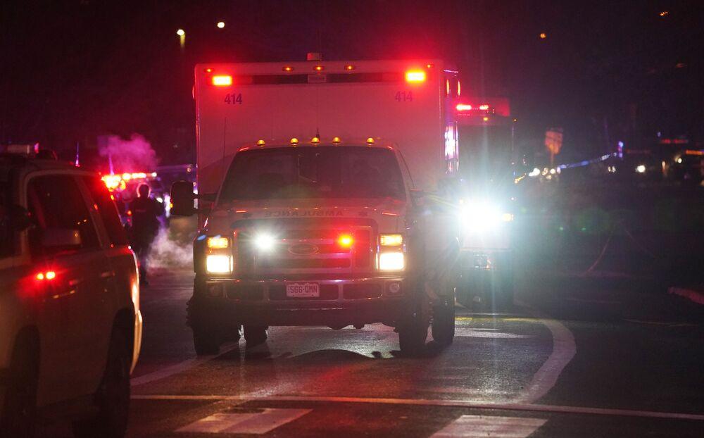 Veículos de emergência perto do supermercado King Soopers, Boulder, Colorado, EUA, 22 de março de 2021