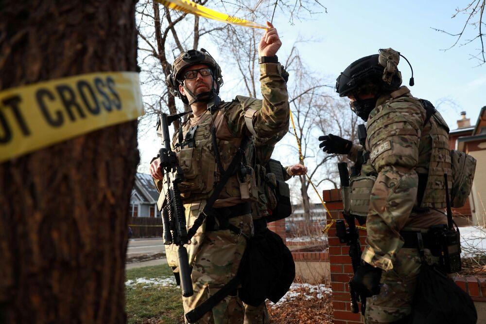 Policiais saem de casa na cidade de Boulder como parte da investigação do tiroteio no supermercado King Soopers sem encontrar conexão com o incidente, Boulder, Colorado, EUA, 22 de março de 2021