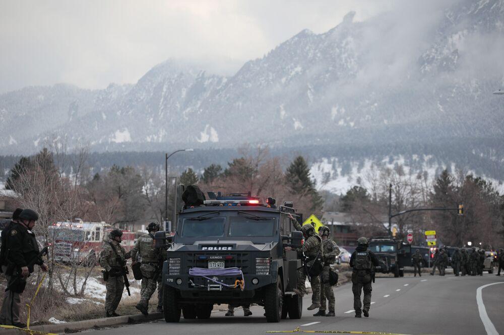 Polícia fora do supermercado King Soopers, onde várias pessoas foram baleadas, Boulder, Colorado, EUA, 22 de março de 2021