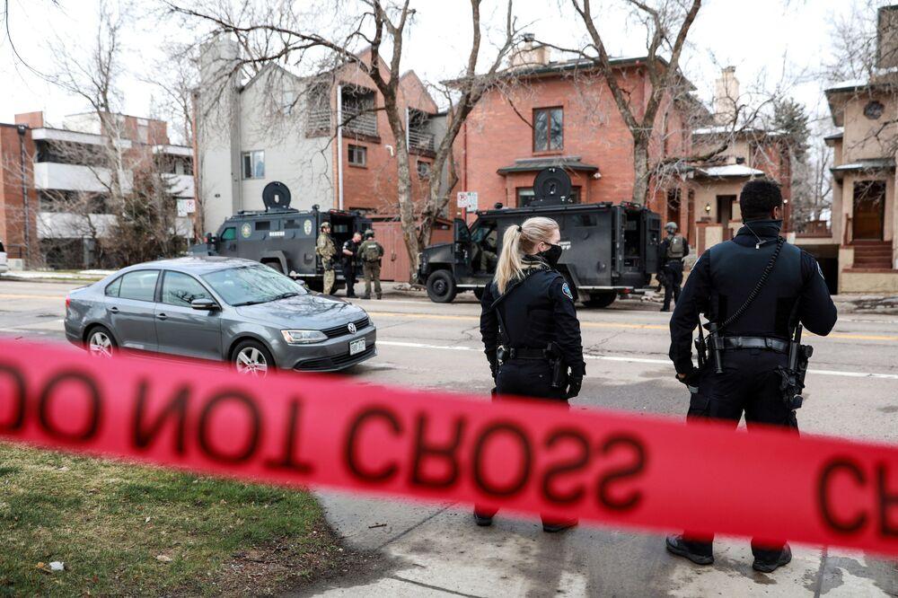 Policiais cercam casa como parte da investigação do tiroteio no supermercado King Soopers, Boulder, Colorado, EUA, 22 de março de 2021