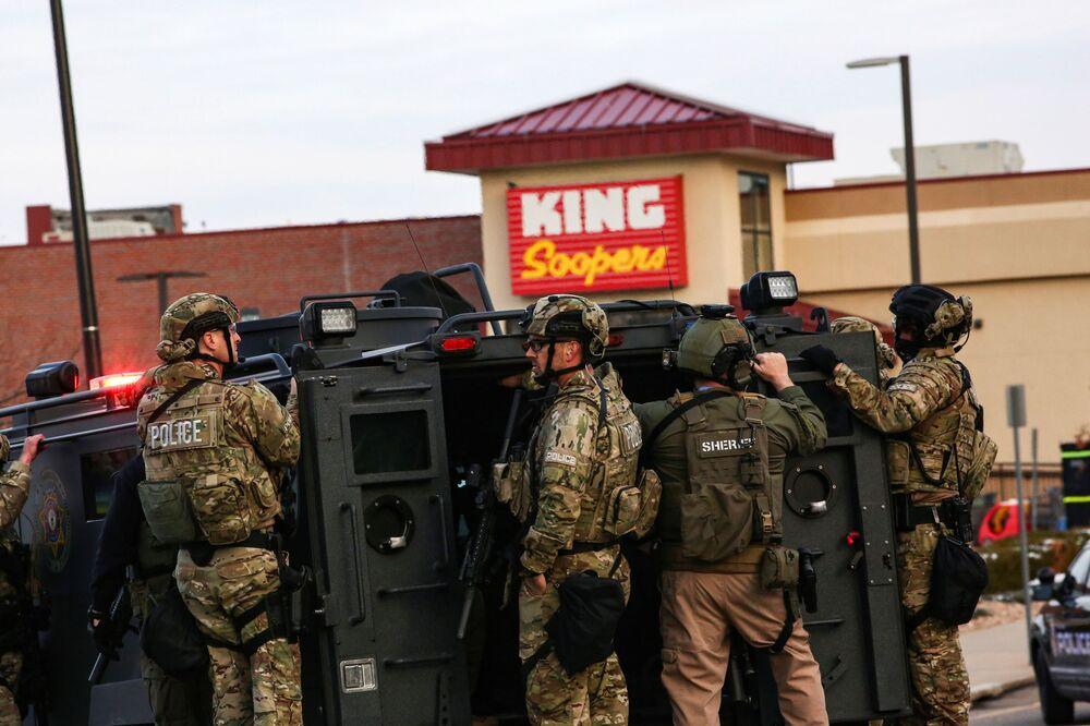 Policiais com equipamento de combate no local do tiroteio no supermercado King Soopers, Boulder, Colorado, EUA, 22 de março de 2021