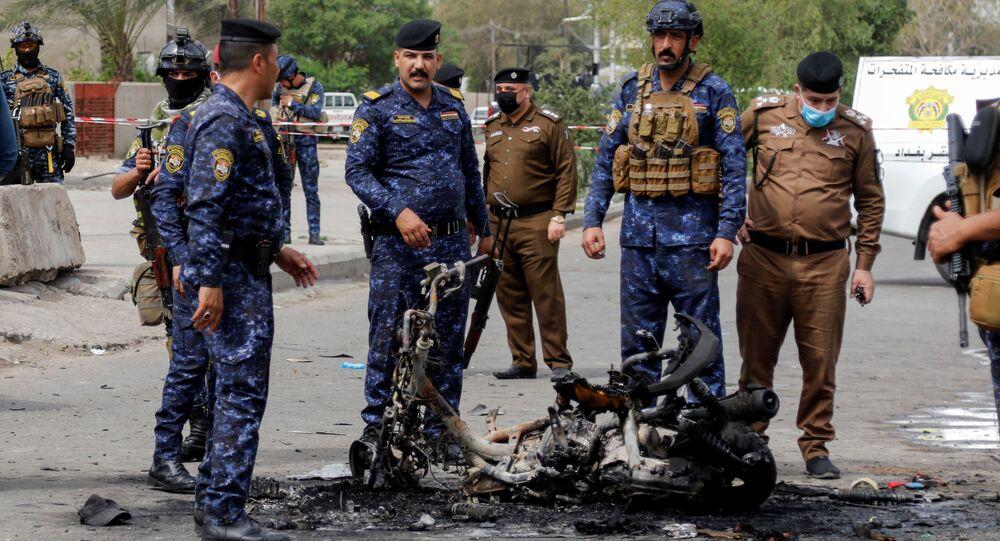 Membros das forças de segurança inspecionam o local da explosão em Bagdá