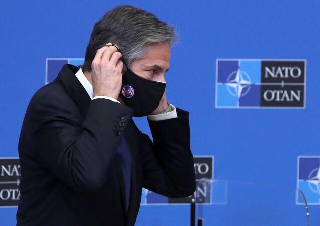 Secretário de Estado dos EUA, Antony Blinken, ajusta máscara protetora após debate com o Secretário-Geral da OTAN, Jens Stoltenberg, na sede da aliança em Bruxelas, Bélgica, em 23 de março de 2021