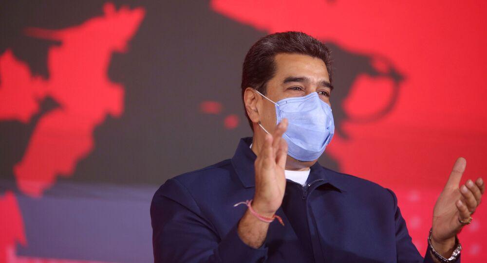 Nicolás Maduro, presidente da Venezuela, aplaude durante evento na sede da empresa petrolífera estatal PDVSA, em Caracas, Venezuela, 19 de fevereiro de 2021