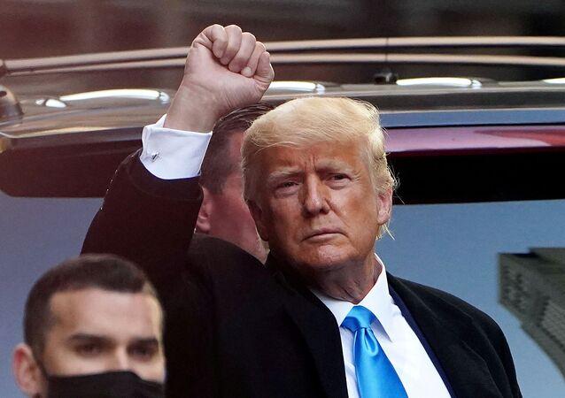 Ex-presidente dos EUA, Donald Trump, saúda pessoas perto da Trump Tower, Nova York, EUA, 9 de março de 2021