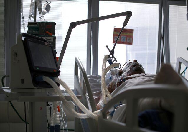 Paciente com COVID-19 intubado em Unidade de Terapia Intensiva (UTI) na cidade de São Paulo.