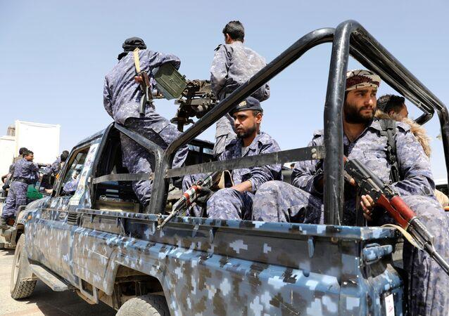 Soldados viajam em um caminhão de patrulha após um funeral de combatentes houthis mortos durante os recentes combates contra as forças do governo em diferentes frentes, em Sanaa, Iêmen, 23 de março de 2021.