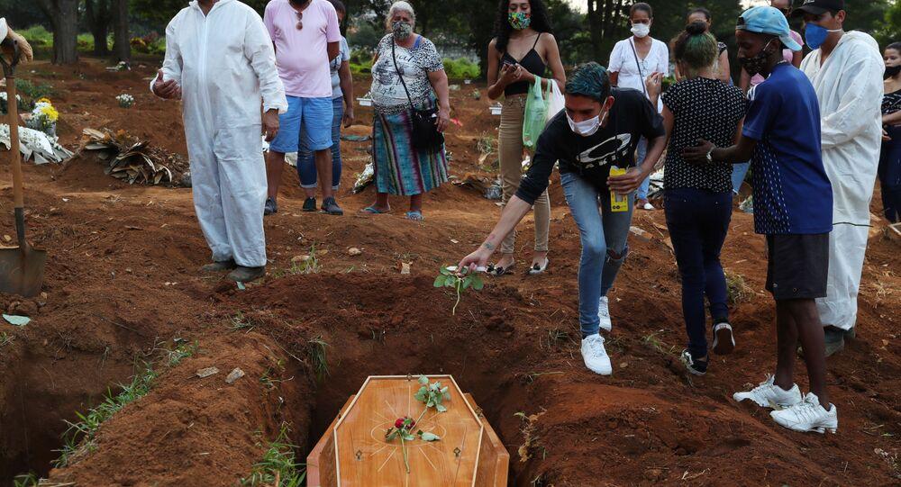 Família em enterro de vítima da COVID-19 no cemitério Vila Formosa, em São Paulo