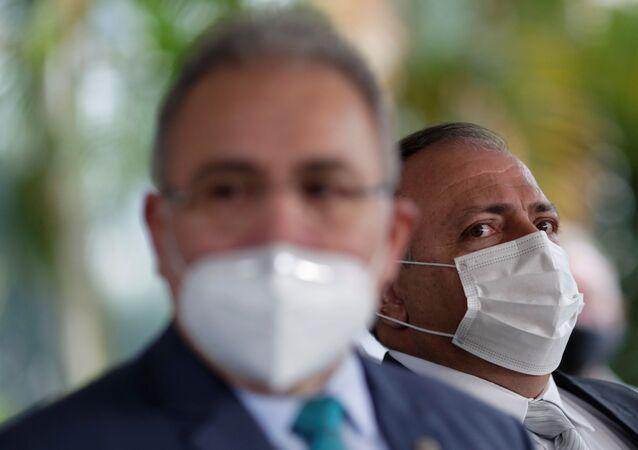 Em Brasília, o novo ministro da Saúde, Marcelo Queiroga (à frente), concede entrevista coletiva ao lado do general Eduardo Pazuello, em 16 de março de 2021