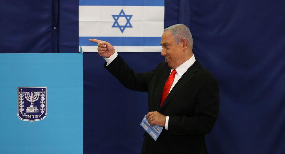 O primeiro-ministro de Israel, Benjamin Netanyahu, deposita seu voto durante as eleições em Israel