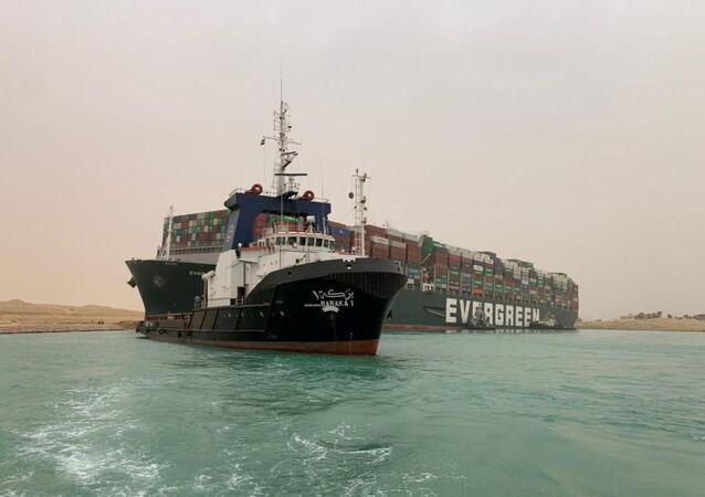 Navio porta-contêineres encalhado no canal de Suez, Egito, 24 de março de 2021