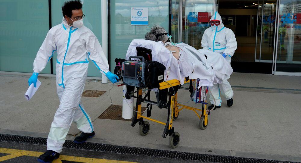 Médicos saem com paciente infectado por COVID-19 em emergência, Madri, Espanha, 12 de fevereiro de 2021