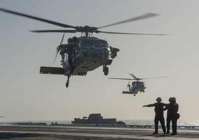 Helicóptero MH-60S Seahawk  no porta-aviões USS Carl Vinson
