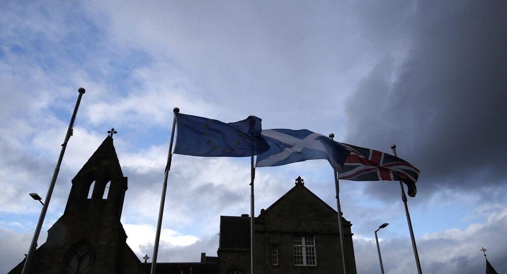 Bandeiras europeia, escocesa e da Grã-Bretanha flutuam em frente ao Parlamento escocês em Edimburgo, Escócia, em 4 de setembro de 2019.