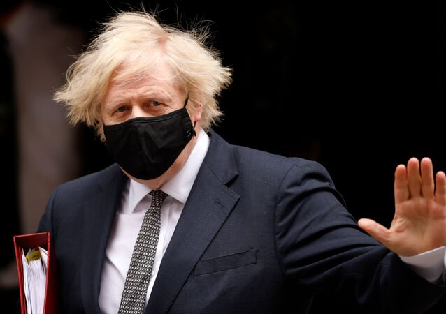 O primeiro-ministro do Reino unido, Boris Johnson, acena ao deixar Downing Street em Londres, em 24 de março de 2021.