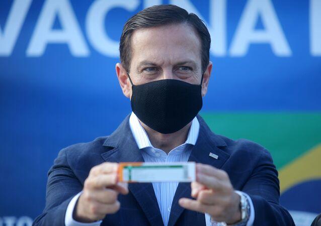 O governador de São Paulo, João Doria, exibe uma caixa com a vacina CoronaVac, desenvolvida pela empresa chinesa Sinovac