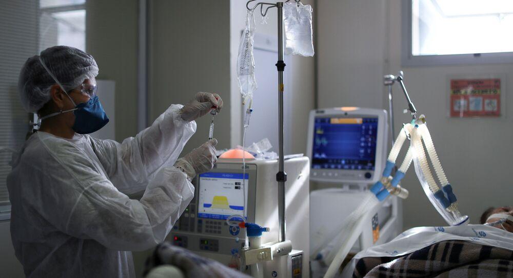 Paciente com COVID-19 recebe cuidados em Unidade de Tratamento Intensivo (UTI) no Hospital São Paulo, na capital paulista, em 17 de março de 2021