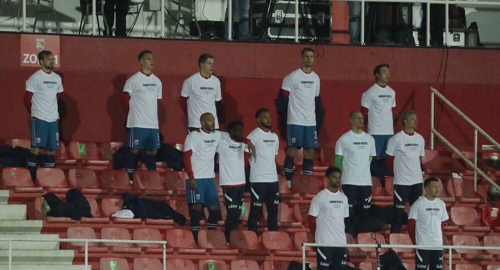 Jogadores da seleção de futebol da Noruega usam camisas com mensagens de protesto contra o Qatar, durante sua partida de estreia nas eliminatórias para a Copa do Mundo no país do Oriente Médio