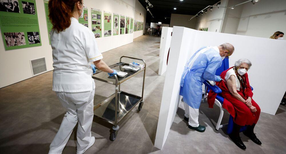 Mulher recebe vacina da Moderna contra o coronavírus em Roma, na Itália