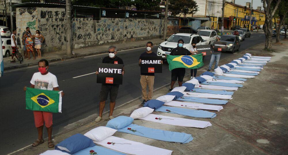 Em frente à hospital no Rio de Janeiro, manifestantes protestam contra as 300 mil mortes provocadas pelo coronavírus no Brasil