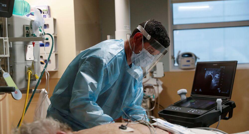Em Sarasota, no estado norte-americano da Flórida, um profissional de saúde atende um paciente de COVID-19, em 11 de fevereiro de 2021