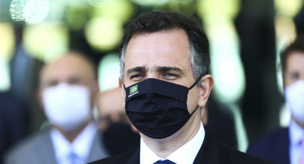 Em Brasília, o presidente do Senado, Rodrigo Pacheco (DEM-MG), concede declaração após reunião com o presidente Jair Bolsonaro (sem partido), e os presidentes da Câmara dos Deputados e Supremo Tribunal Federal (STF), além de ministros e governadores, em 24 de março de 2021