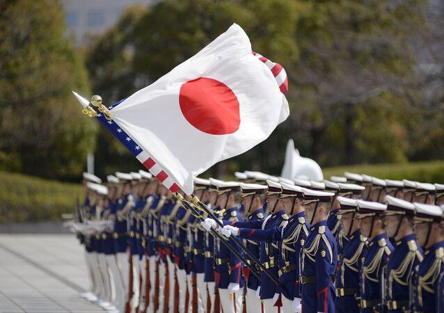 Em Tóquio, as bandeiras de Japão e Estados Unidos são erguidas por militares durante cerimônia na visita de Lloyd Austin, secretário de Defesa dos EUA, para encontro com o ministro da Defesa do Japão, Kishi Nobuo, em 16 de março de 2021