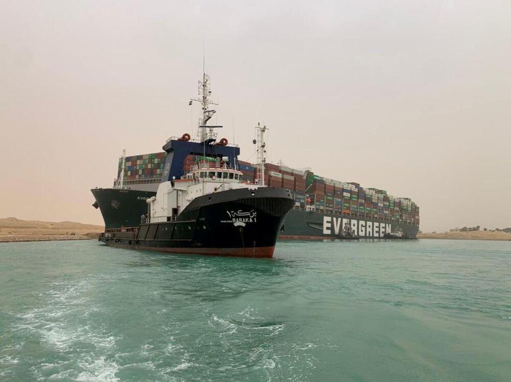 Porta-contêineres que encalhou depois de se desviar da rota devido a ventos fortes no canal de Suez, 24 de março de 2021