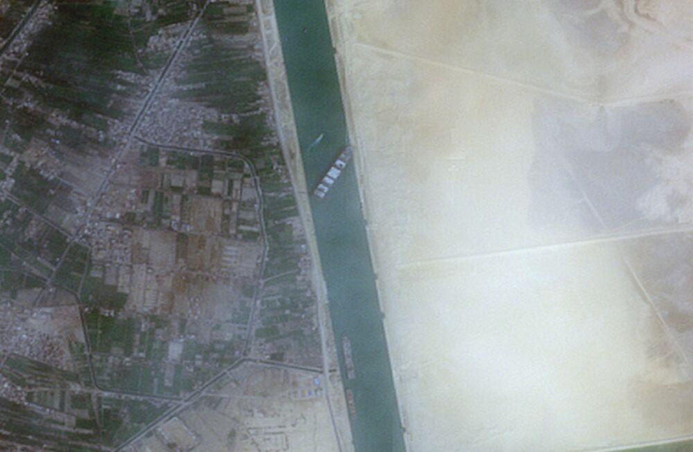 Porta-contêineres Ever Given, de 400 metros de comprimento da empresa taiwanesa Evergreen Marine, que bloqueou o canal de Suez, é fotografado pelo satélite Copernicus Sentinel-2 da Agência Espacial Europeia, 24 de março de 2021