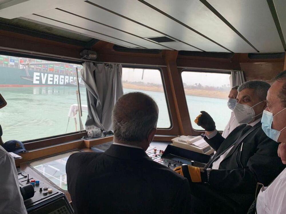 Funcionários monitoram o cargueiro encalhado no canal de Suez, 24 de março de 2021