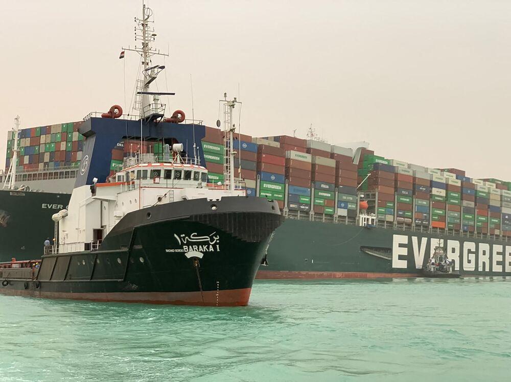 Porta-contêineres Ever Given, que possui 400 metros de comprimento e 59 metros de largura, bloqueando o tráfego marítimo no canal de Suez, 24 de março de 2021