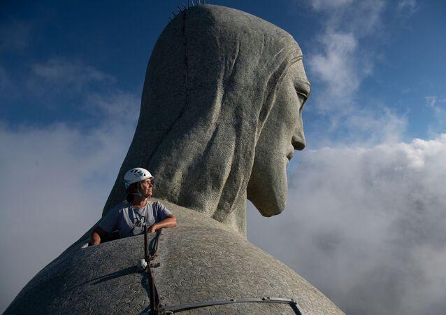 Arquiteta Cristina Ventura, responsável pela restauração do Cristo Redentor, olha do topo do monumento no Rio de Janeiro, 24 de março de 2021