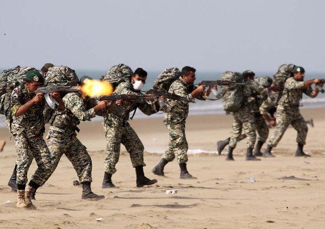 Forças do Exército do Irã participam de exercício militar na região costeira de Makran, Irã, 19 de janeiro de 2021