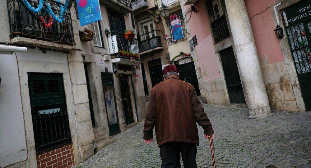Homem caminhando no bairro de Alfama em meio à pandemia da COVID-19 em Portugal, 11 de março de 2021