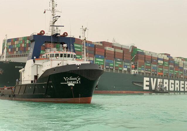 Cargueiro Ever Given construído em 2018, com comprimento de quase 400 metros e largura de 59 metros, sendo um dos maiores navios de carga do mundo, encalhado no canal de Suez em 24 de março de 2021