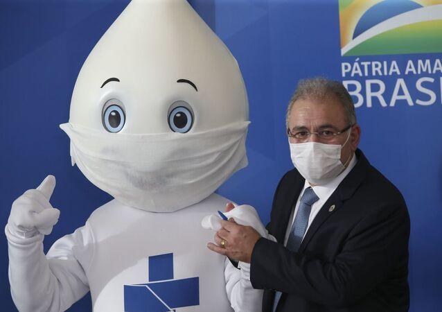 O novo ministro da Saúde, o cardiologista Marcelo Queiroga, ao lado do Zé Gotinha, em 23 de março de 2021