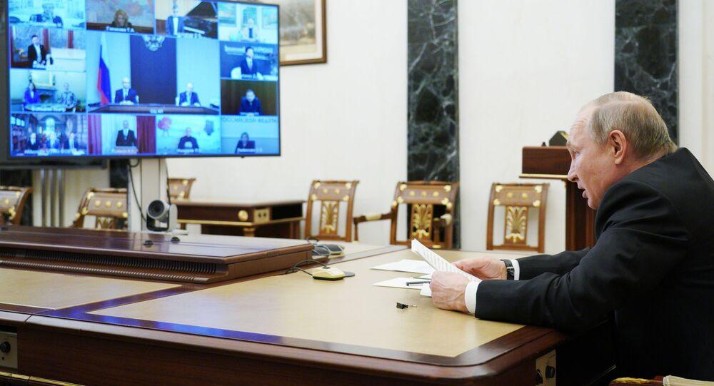 O presidente russo, Vladimir Putin, encontra-se com jovens profissionais da cultura premiados por teleconferência, no Kremlin em Moscou, Rússia, em 25 de março de 2021.