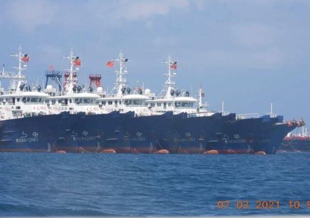 Alguns dos cerca de 220 navios chineses, reportados pela Guarda Costeira das Filipinas, que seriam tripulados por milícias marítimas chinesas perto do recife de Whitsun, mar do Sul da China, 7 de março de 2021