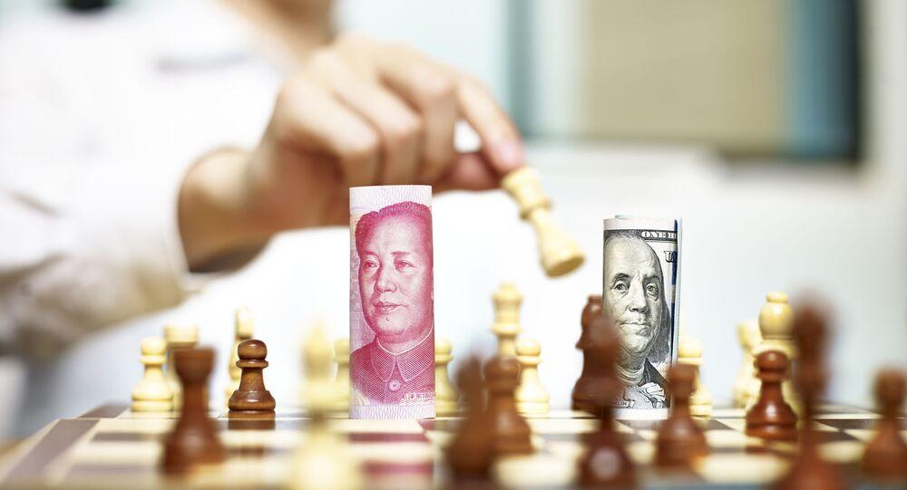 Cédulas de dólar e yuan em um tabuleiro de xadrez