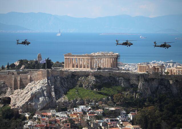 Helicópteros militares gregos participam de desfile pelos 200 anos da Guerra de Independência da Grécia