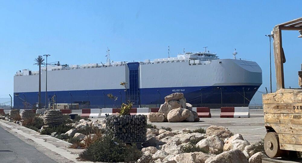 Um navio israelense atingido por uma explosão no Golfo de Omã é visto após a chegada a um porto em Dubai, nos Emirados Árabes Unidos, em 28 de fevereiro de 2021
