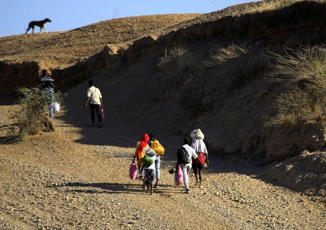 Refugiados etíopes deixam região de Tigré com seus pertences e partem rumo ao Sudão